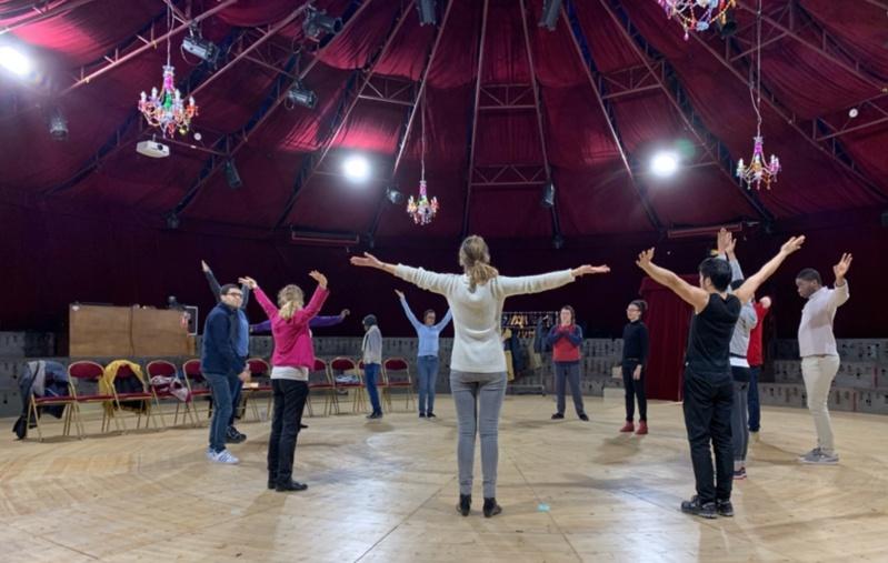 Sous le grand chapiteau, douze adultes autistes apprennent à se mettre en condition et à s'échauffer avant un spectacle.